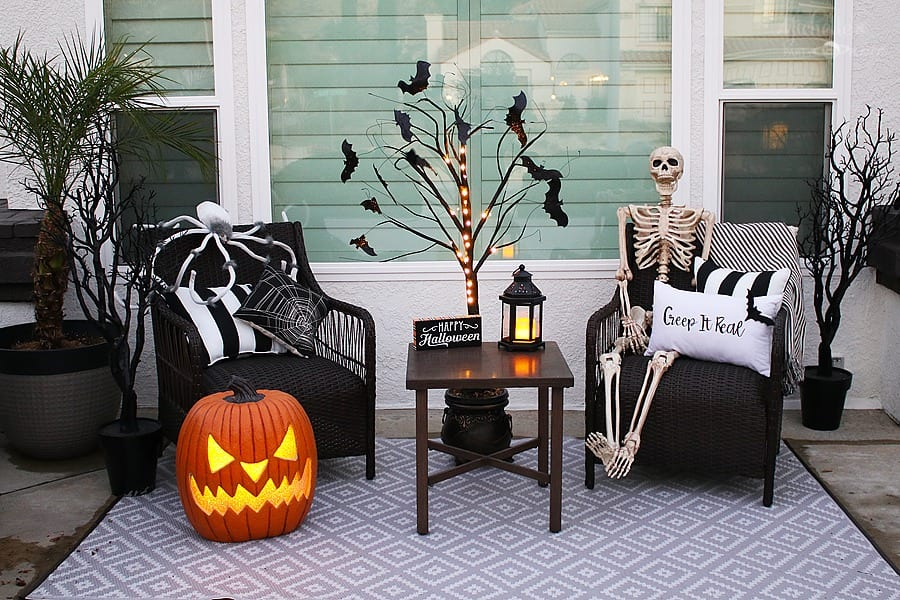 Easy Halloween Porch Decorations and lighting