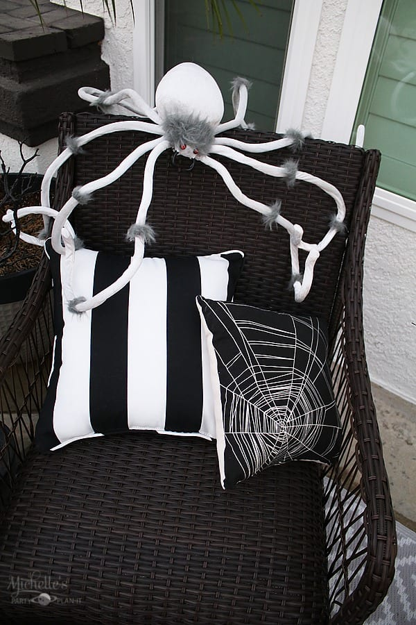 Easy Halloween Porch Decor Ideas - Spiders