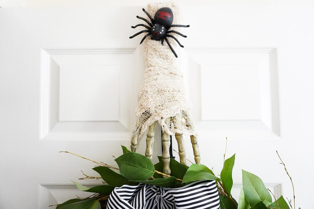 mummy wreath hanger small